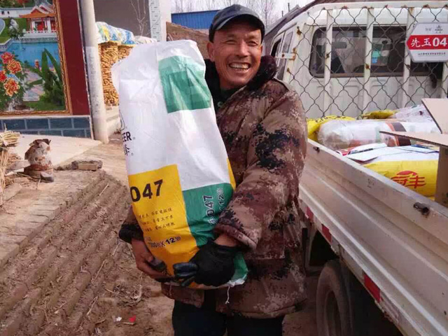 A Chinese grower displays his Pioneer seed corn choice in a village of Shandong province. (Photo courtesy of DuPont Pioneer)