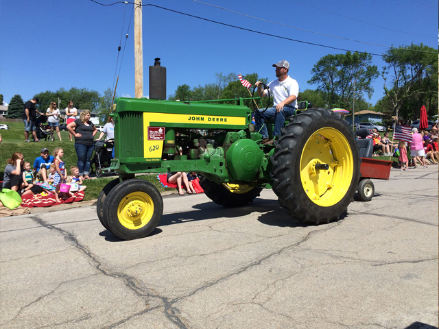 The Quinn family's vintage tractor, a 1957 John Deere 620, ran in a parade last summer. The 60-year-old tractor has been in the family for 57 years and four generations. (DTN photo by Russ Quinn)