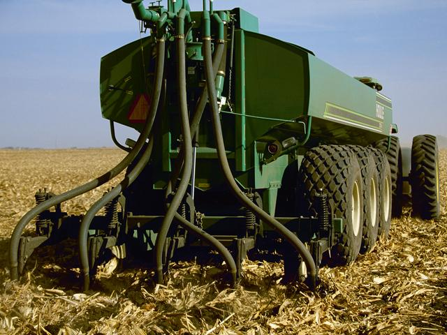 Farmers applying manure to their fields can become more efficient with proper manure management practices. (DTN file photo by Mitch Kezar)