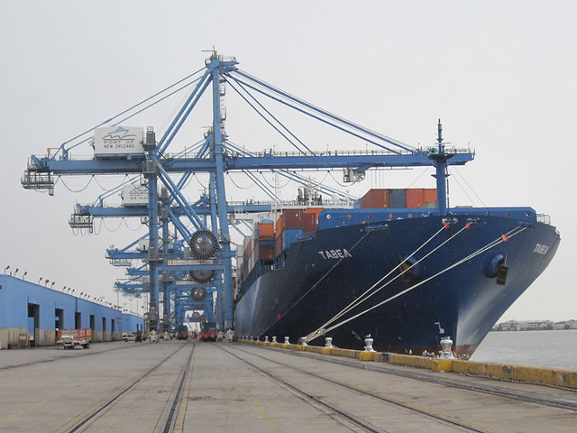A container ship loading on the Mississippi River at the Port of New Orleans. (Photo courtesy the United Soybean Board)