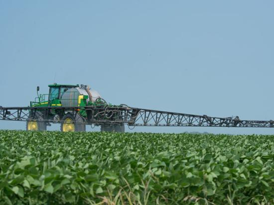 Applicators face complicated labels and a growing body of research on the difficulties of applying dicamba safely. Here are the top seven things to keep in mind when spraying dicamba this year. (DTN file photo by Jim Patrico)