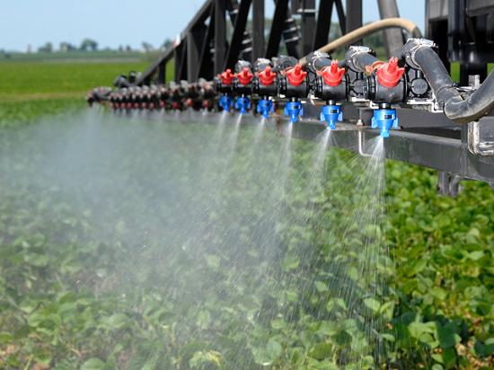 "A phenomenon called ""herbicide antagonism"" is becoming more common, particularly with more growers tank mixing glyphosate with auxin herbicides. (DTN photo by Jim Patrico)"