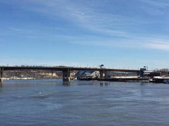 The only action on the Mississippi River in downtown St. Paul on March 16 was a few floating ice chunks, as barges have yet to make their way past ice-filled Lake Pepin to officially start the 2019 shipping season. (DTN photo by Mary Kennedy)
