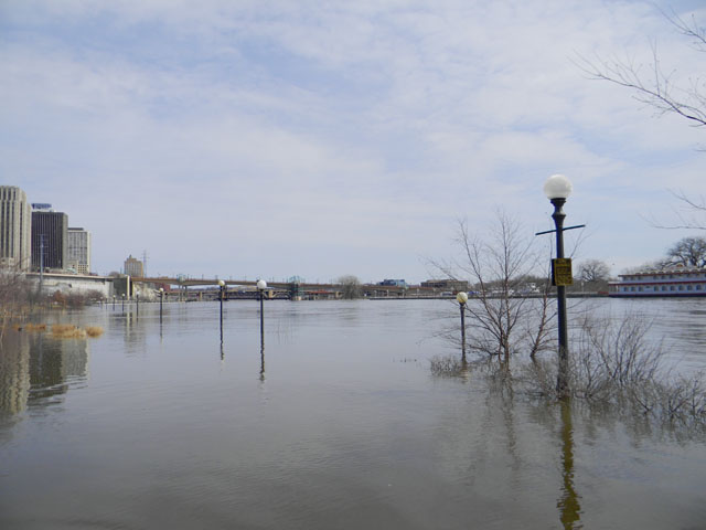 On March 31, the Mississippi River in downtown St. Paul, Minnesota, was at 19.78 feet (major flood stage is 17 feet), cresting at 19.83 feet later that evening. (DTN photo by Mary Kennedy)