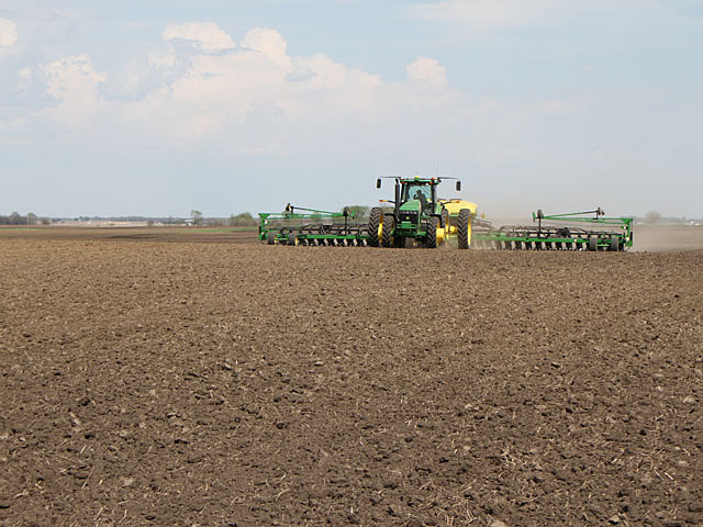 Sunny and mild weather for planting near Mansfield, Illinois on May 6 typifies the conditions for notable progress over much of the Midwest during the week of April 30 to May 6. (DTN photo by Pam Smith)