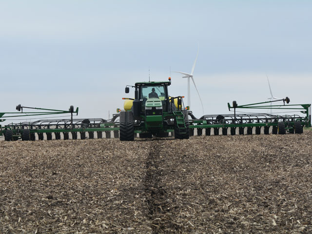 Mike Rausch of Paulina, Iowa, plants soybeans on April 26 with a 24-row John Deere DB 60 pulled by a John Deere 8335 RT tractor. (DTN/Progressive Farmer photo by Matthew Wilde)