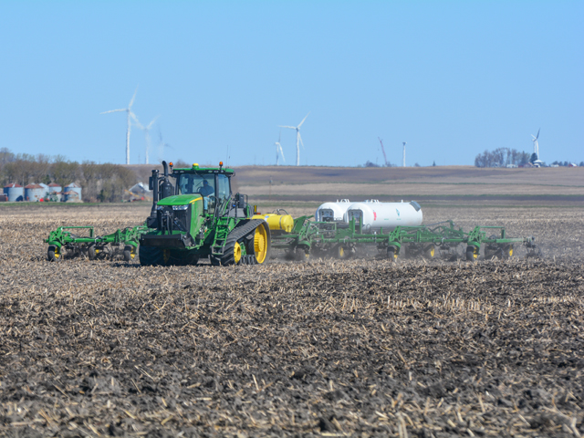 Agronomists and fertilizer industry experts urge farmers to be patient and wait until soil temperatures are right before applying anhydrous ammonia. (DTN photo by Matthew Wilde)