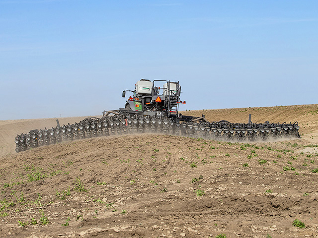 The SmartFrame automatically adjusts each toolbar section to follow a field's contour. (Progressive Farmer image by provided by Fendt)