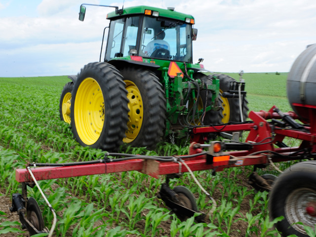 SUSTAIN stresses the potential benefits of split applications of nitrogen fertilizer along with using a nitrogen stabilizer. Roughly 30% of corn acres have some form of nitrogen stabilizer applied to them. (DTN/The Progressive Farmer file photo)